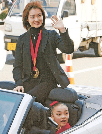 荒川静香の凱旋パレードに参加した本郷理華